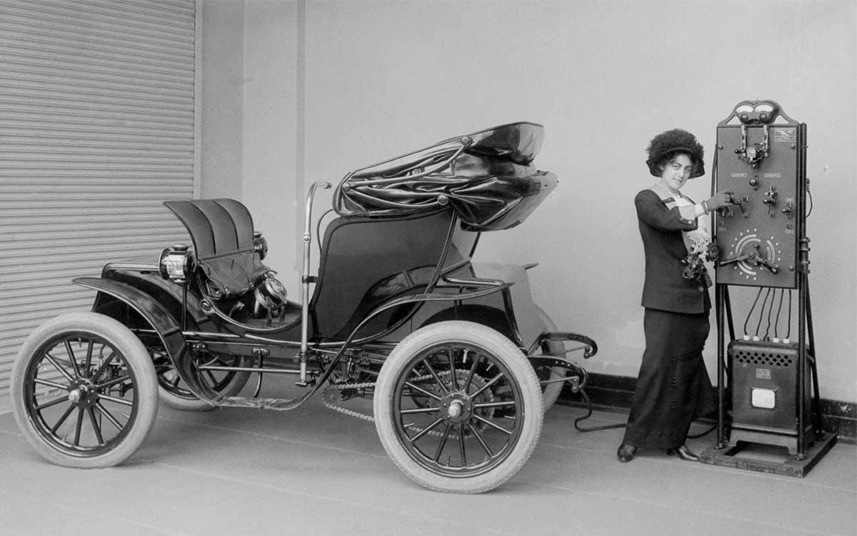 خمس سيارات كهربائية رئيسية في التاريخ الحديث للسيارات - الحاضر - السيارات الهجينة والكهربائية