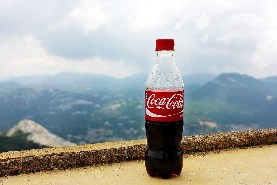 يبدأ تحدي 10 بيزو في زجاجة كوكاكولا