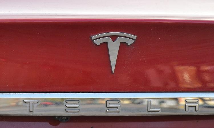 تيسلا من Elon Musk يتفوق على Facebook في القيمة السوقية