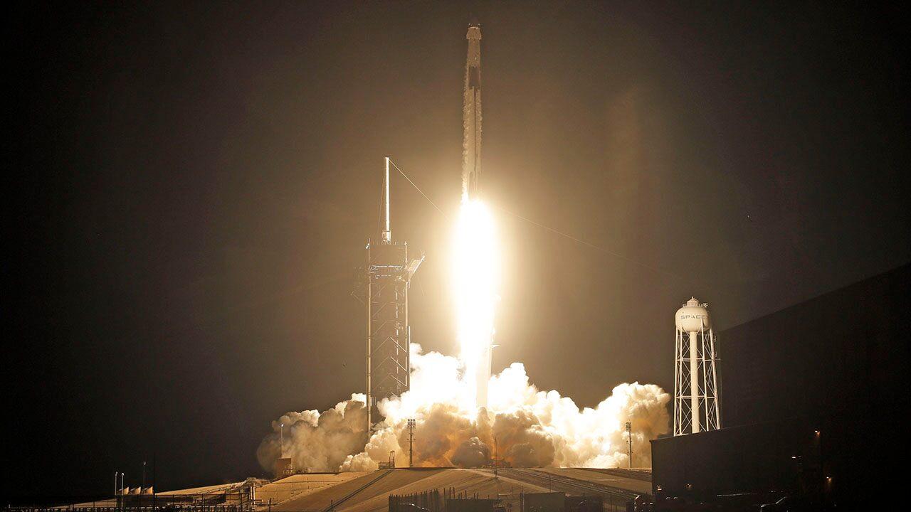 SpaceX completa el primer lanzamiento de un cohete de 2021, enviando un satélite de comunicaciones